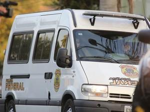 Carro que transportava Dirceu chegou à sede da PF por volta das 16h45 (Foto: Giuliano Gomes/PR Press)