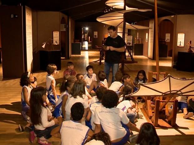 Os visitantes podem conhecer a história e as obras de Leonardo. (Foto: Reprodução/ TV Gazeta)