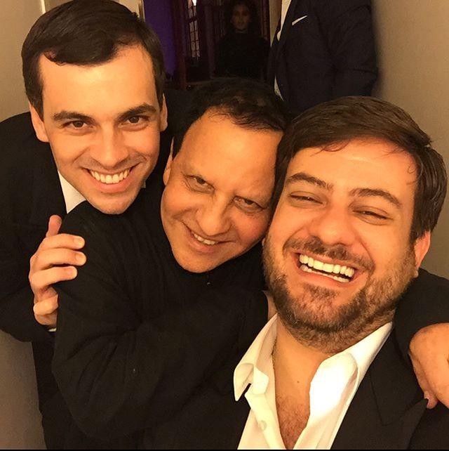 Bruno Astuto e o marido, Sandro Barros, com Alaïa; o jornalista também homenageou o amigo estilista com uma série de imagens (Foto: reprodução/instagram)