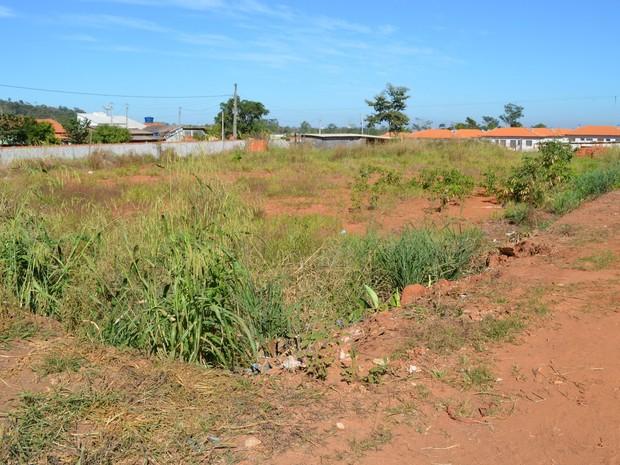 Terreno onde creche do bairro São Marcos será construída (Foto: Magda Oliveira/G1)