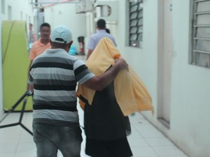 Vítima chega à Gerência de Polícia do Interior para prestar depoimento (Foto: Beto Marques/G1)