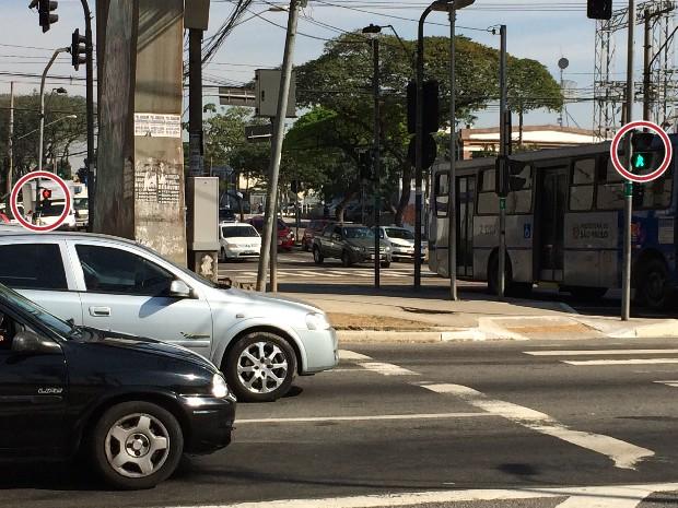 Sinais de pedestres que orientam cruzamento da Avenida Zaki Narchi para a Avenida Cruzeiro do Sul estão fora de sincronia, exigindo que o pedestre aguarde duas vezes para atravessar (Foto: Vivian Reis/G1)