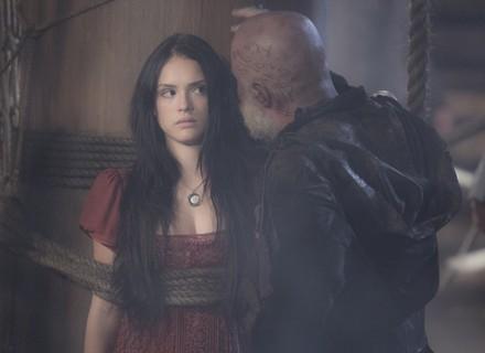 Anna sofre assédio, revida e leva tapa na cara