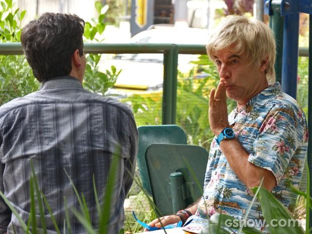Depois de contar a verdade, Caetano pede segredo para seu ex-capacho (Foto: Malhação / TV Globo)