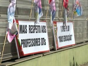 Professores colocaram cartazes na parte de fora do prédio. (Foto: Reprodução/TV Gazeta)