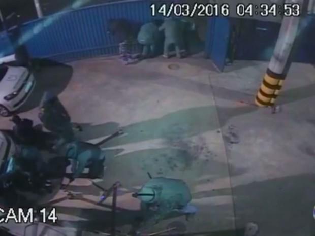 Câmeras de segurança mostram imagens do assalto à Protege  (Foto: Reprodução/EPTV)