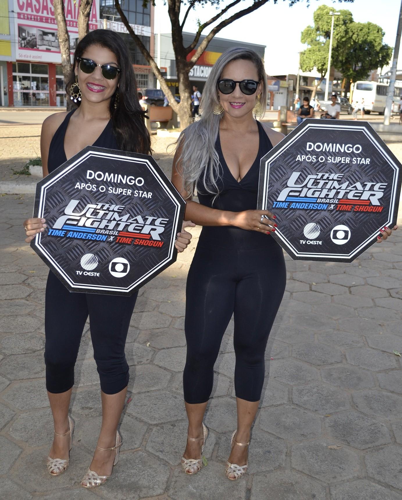Promotoras com placas divulgando o programa e o horário (Foto: Divulgação)
