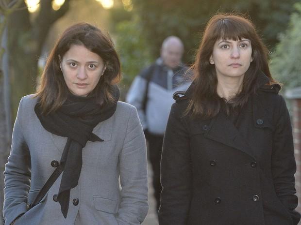 Francesca (à direita) e Elisabetta Grillo, ex-assistentes de Nigella Lawson, chegam ao tribunal, nesta quinta (19), para mais um dia de julgamento na Corte de Isleworth Crown, em Londres (Foto: REUTERS/Toby Melville)