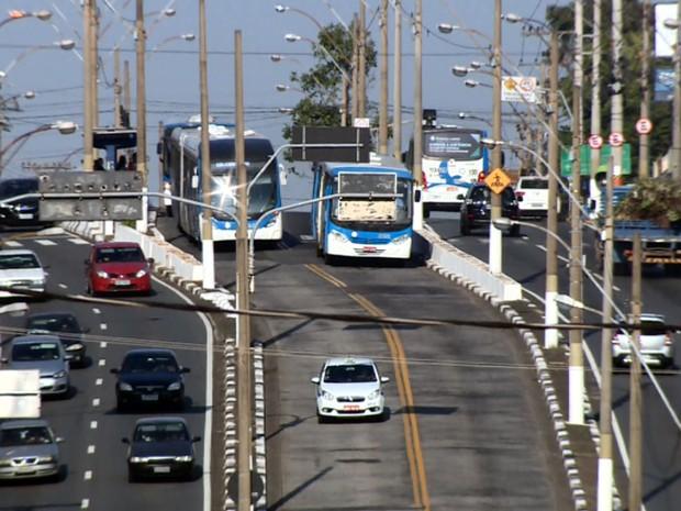 Ônibus em corredor em Campinas (Foto: Reprodução EPTV)