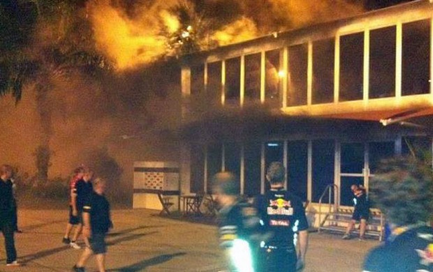 Inc&#234;ndio atinge Hospitality Center da Lotus em Sepang (Foto: Divulga&#231;&#227;o)