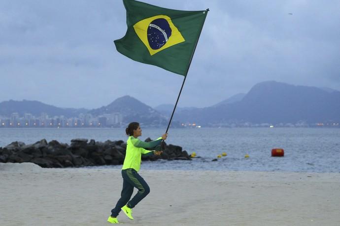 Martine Grael bandeira do Brasil vela ouro (Foto: REUTERS)