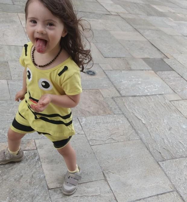 Valentina é uma menina esperta, dentro de suas limitações (Foto: Arquivo pessoal/ Cristiane Palacios)