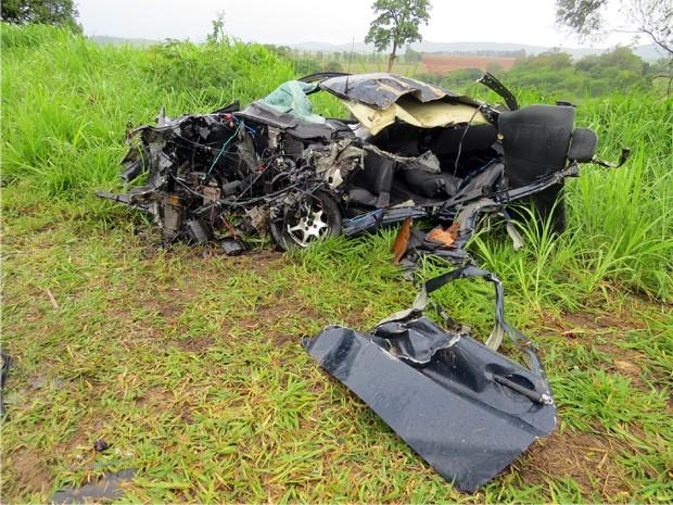 Carro bateu de frente com carreta na MG-050 em Passos; dois jovens morreram  (Foto: Helder Almeida)