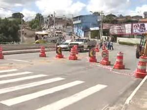 Tráfego foi interrompido na Avenida Guadalupe no início da tarde deste sábado. (Foto: Reprodução/TV Vanguarda)