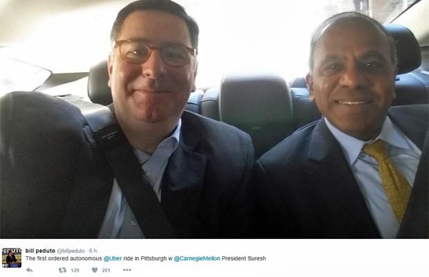 Prefeito de Pittsburgh, Bill Peduto (esq), fez selfie no carro autônomo do Uber junto com o reitor da Universidade Carnegie Mellon, Subra Suresh (Foto: Reprodução/Twitter)