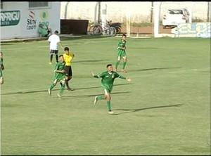 Meninos do Gurupi comemoram o segundo gol contra o Sparta  (Foto: Reprodução/TV Anhanguera)