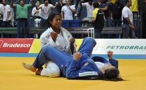 Mariana Veiga vibra com a conquista da medalha de ouro na categoria médio (Foto: DIvulgação/CBJ)