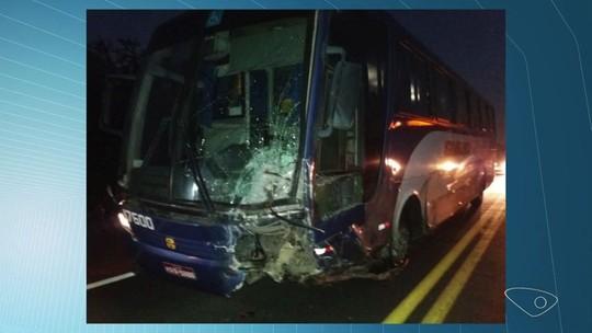 Acidente entre ônibus e carro deixa um morto na BR-101 em Linhares, ES
