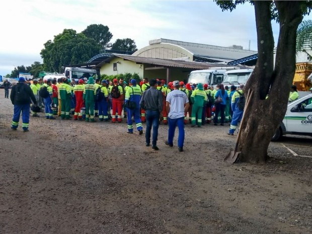 Funcionários cruzaram os braços por falta de pagamento (Foto: Reprodução/ EPTV)