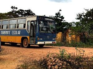 Ônibus escolar de uma cidade apanha estudantes de outra (Foto: Giselle Dutra/G1)