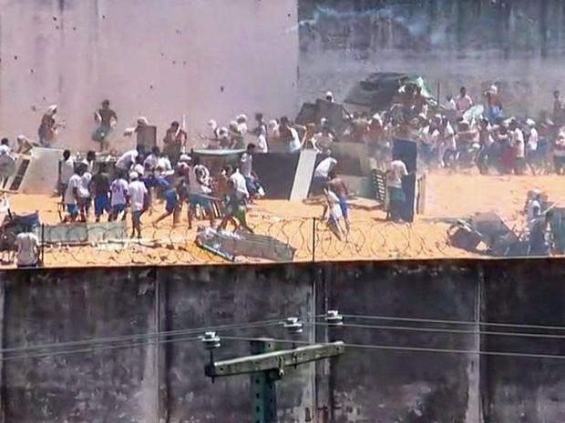 Confronto entre presos em Alcaçuz (Foto: Reprodução/TV Globo)