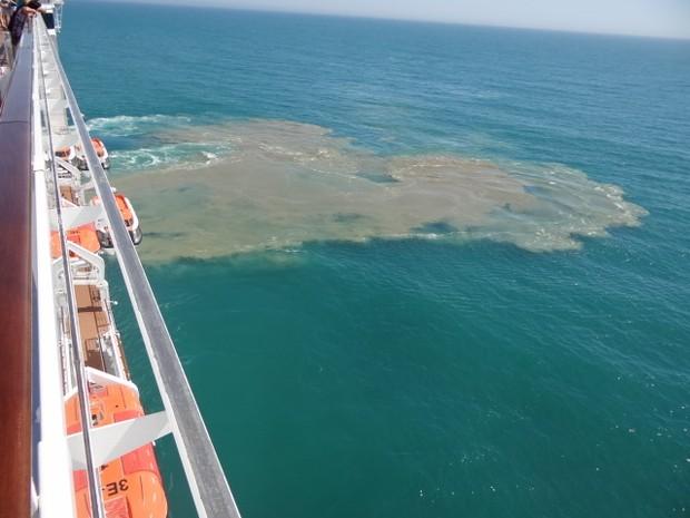 Mancha foi flagrada perto de navio durante viagem em Búzios, em novembro de 2013. (Foto: Alcinir de Jesus/VC no G1)