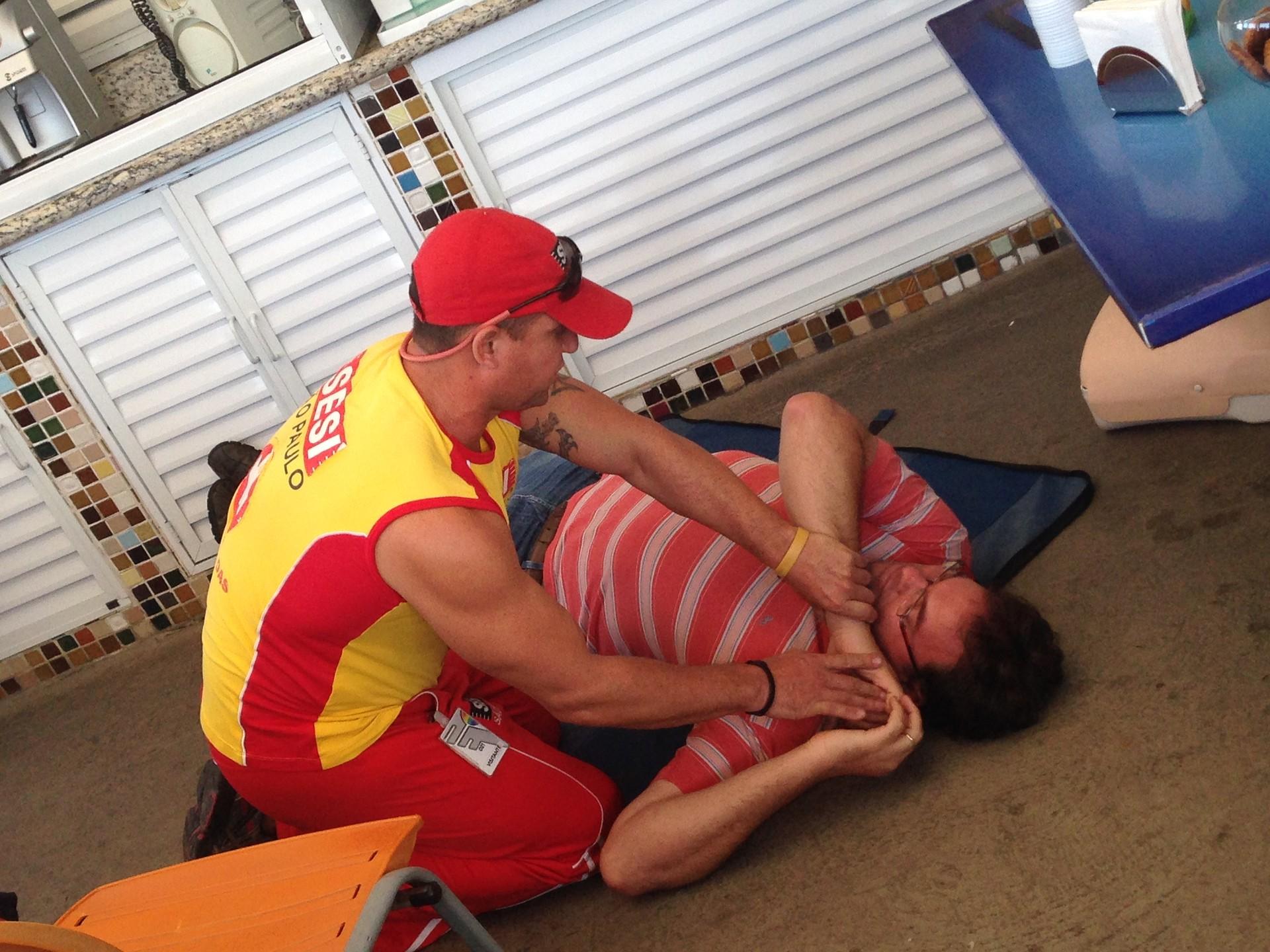 Funcionários da TV Tribuna recebem treinamento de primeiros socorros (Foto: Izabella de Paula)