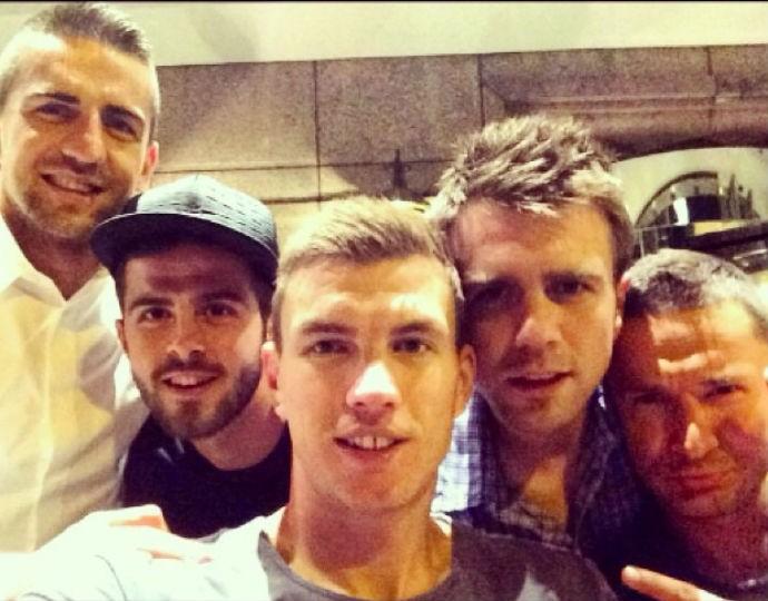 Jogadores da Bósnia posam para selfie (Foto: Reprodução Instagram)