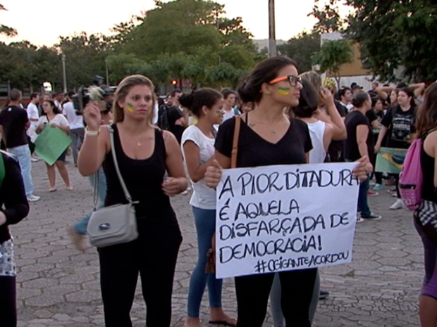 Garota protesta em Vitória. (Foto: Reprodução/TV Gazeta)