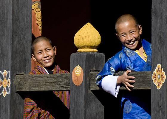 Dois meninos butaneses em uma construção budista  (Foto: © Haroldo Castro/ÉPOCA)