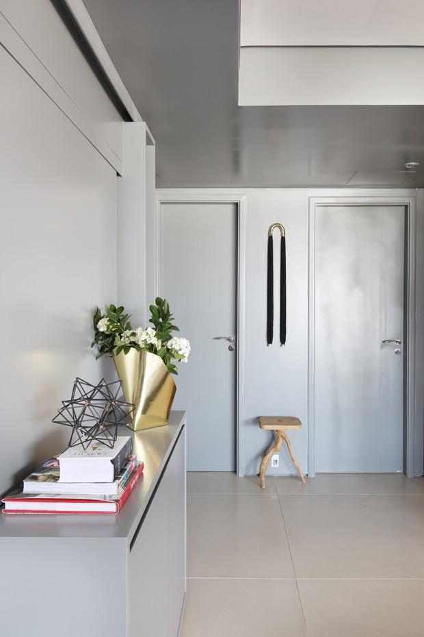 HALL | Na entrada do apartamento, portas, paredes e forro foram revestidos com laca cinza  (Foto: Mariana Orsi/Divulgação)