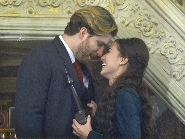 Laura diz que Edgar é o melhor marido do mundo (Foto: Lado a Lado / TV Globo)