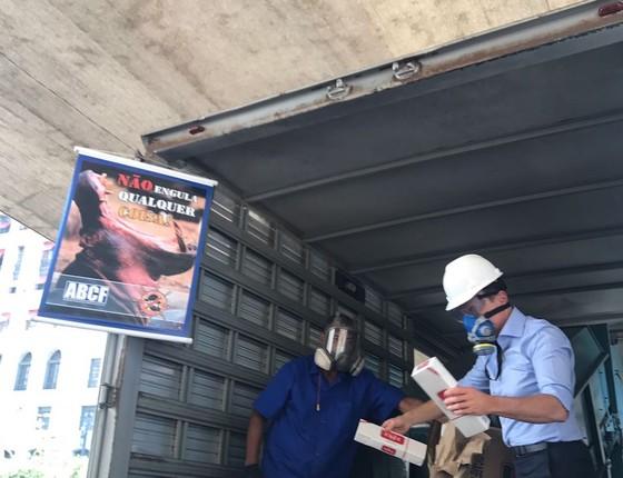 O prefeito de São Paulo, João Doria, destruindo cigarros contrabandeados  (Foto: Reprodução)