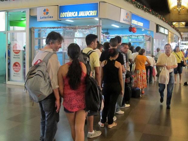 Apostadores fazem fila para jogar na Mega-Sena da Virada (Foto: Vanessa Fajardo/ G1)
