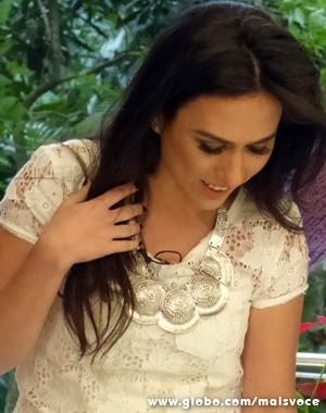Tatá Werneck com colar e blusa branca (Foto: Mais Você / TV Globo)