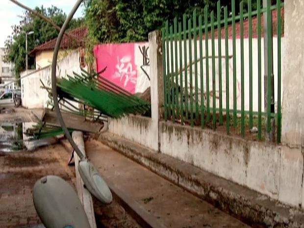 Muro caiu e atingiu o poste em Campos dos Goytacazes (Foto: Inter TV/Reprodução)