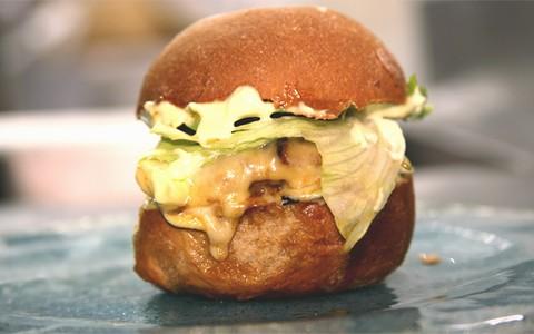 Hamburguer com queijo gouda e maionese de wasabi