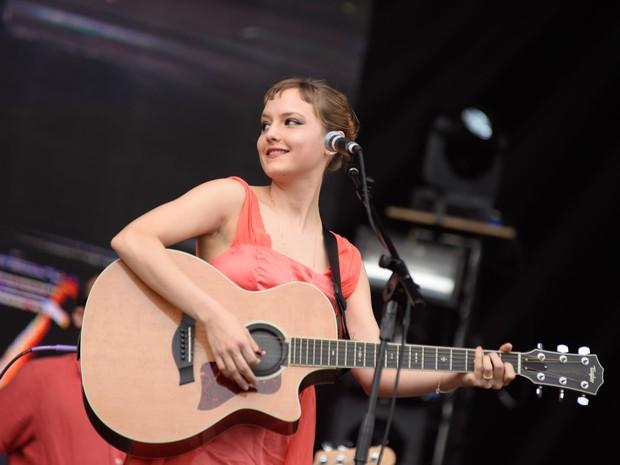 A cantora Mallu Magalhães toca durante show da Banda do Mar (Foto: Marcelo Brandt/G1)