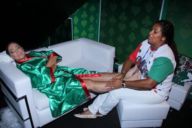 Susana Vieira ganha massagem em camarote (Foto: Rodrigo dos Anjos/ Ag. News)