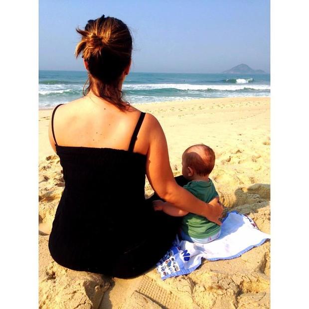 Paloma Duarte e o filho posam na praia (Foto: Reprodução / Instagram)