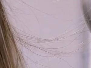 Energia estática acumulada deixa cabelos arrepiados (Foto: Reprodução/TV TEM)