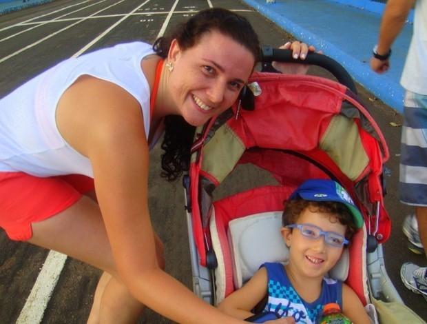 Karolina e o filho durante os treinos no Parque do Sabiá  (Foto: Arquivo Pessoal/ Karolina Cordeiro)