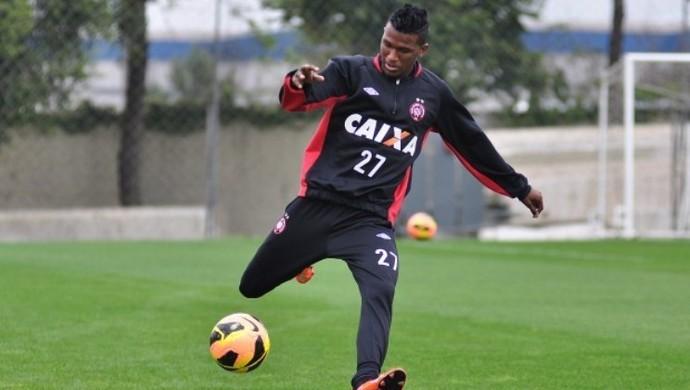 Douglas Coutinho, atacante do Atlético-PR, no CT do Caju (Foto: Site oficial do Atlético-PR/Divulgação)