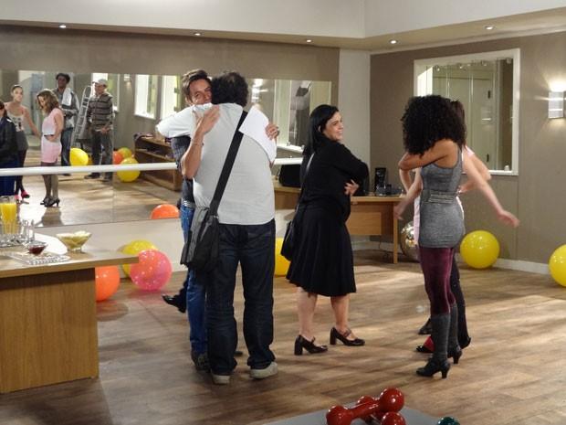 Os atores se emocionam com a presença deles (Foto: Cheias de Charme / TV Globo)