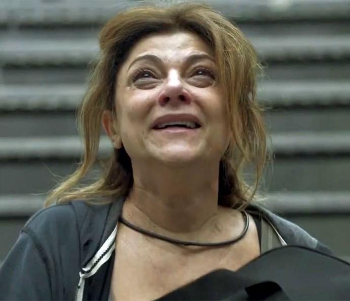 Cecília pede pra sair e se apavora com o que vê (Foto: TV Globo)