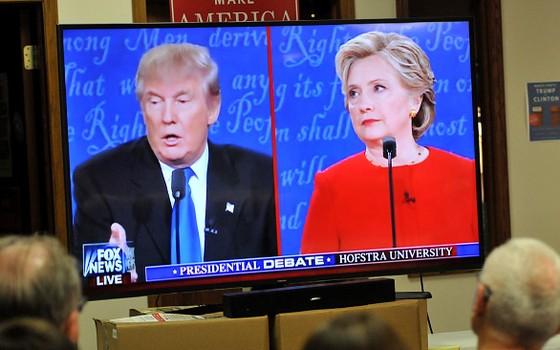 Eleitores republicanos assistem o primeiro debate presidencial entre Donald Trump e Hillary Clinton na segunda-feira (26) em Iowa (Foto: Getty Images)