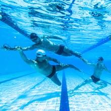 Galãs de sunga mostraram músculos até debaixo d'água (Raphael Dias/ Gshow)