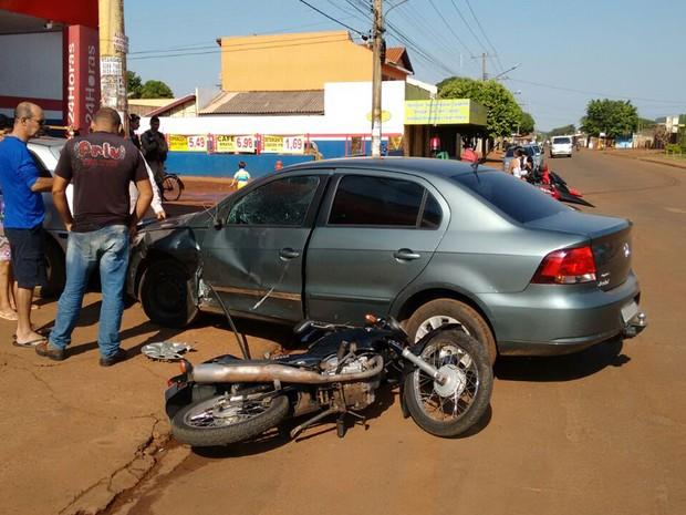 Jovens ficam feridos após colisão entre moto e carro em Campo Grande (Foto: Marcos Ribeiro/TV Morena)