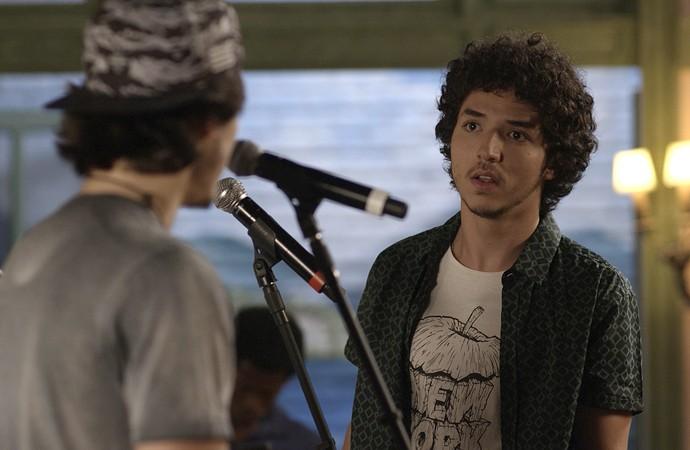 Tom fica chocado com a atitude do amigo (Foto: TV Globo)