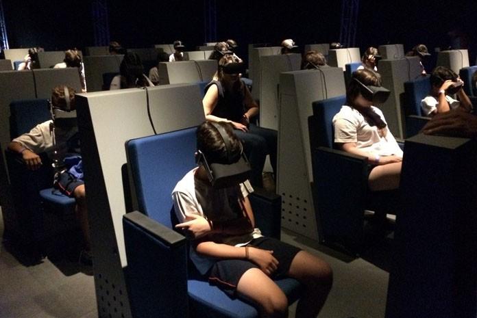 Crianças acompanham sessão sobre dinossauros do Brasil na sala virtual do museu Catavento